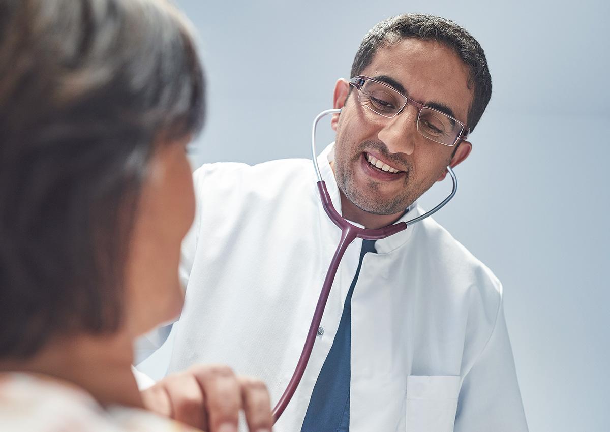 Arzt hört Patienten ab - Kardiologie - St. Elisabeth-Krankenhaus Salzgitter